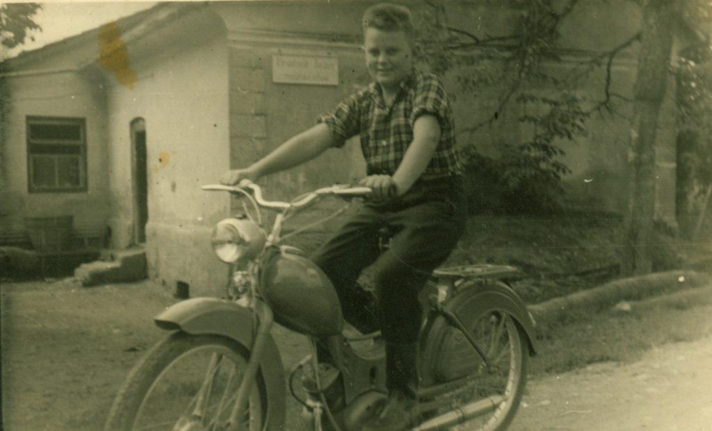 Franci na motorju, star okoli 13 let