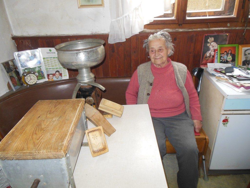 Marija Ožir danes z mašino za izdelovanje masla