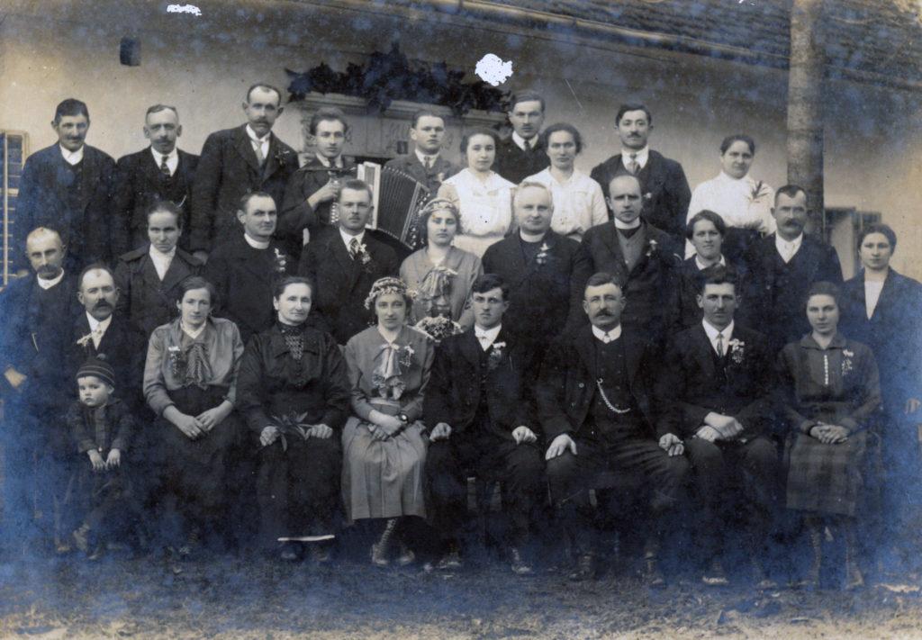 Sorodstvo Uratnik s prijatelji. Tretja od leve proti desni sedi »Tomaževa mama« Terezija Uratnik, stara mama Mici. Prvi v drugi vrsti sedi stari oče Neže Maurer, Jaka Maure